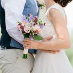 bruidspaar met bloem boeket